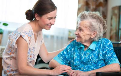 Empresa dá folga para cuidar de parentes doentes, incluindo avós e sogros